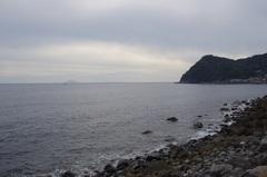 伊豆高原の少し南の伊豆大川付近から利島右にうっすら新島.jpg