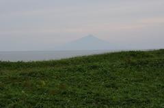 天塩川河口近くから利尻島.jpg