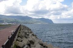 岩内港フェリー埠頭から南側遠くに霞む弁慶岬.jpg