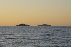 海上自衛隊艦と富士山.jpg