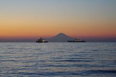 館山湾と富士山と自衛艦2隻.jpg