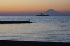 館山湾と富士山と釣り人と自衛艦.jpg